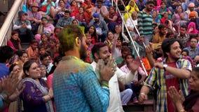 Barsana, India Holi festiwal mężczyzny skandowanie Rhdi w - dźwięk - 201802242 - Tanczący - zbiory