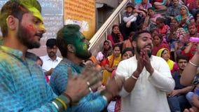 Barsana, India Holi festiwal Malujący mężczyzny skandowanie Rhdi w - dźwięk - 201802242 - Tanczący - zbiory wideo