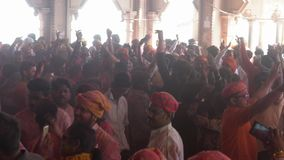 Barsana, India Holi festiwal niecka tłum Outside świątynia - 201802242 - chaos - zdjęcie wideo