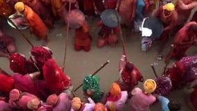 Barsana, India - 20180225 - Lothmar-Festival - de Afstraffing van Mensen gaat verder stock videobeelden