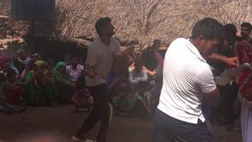 Barsana, India - 20180225 - Parendans vóór Holi-Festival w - Geluid stock footage