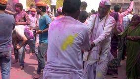 Barsana, la India - 201802242 - festival de Holi - caos - dos hombres en la vuelta blanca almacen de metraje de vídeo