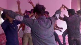 Barsana, la India - 201802242 - festival de Holi - caos - los hombres baila saltando alrededor almacen de metraje de vídeo