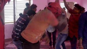 Barsana, la India - 201802242 - festival de Holi - caos - los hombres salta alrededor del batería almacen de video