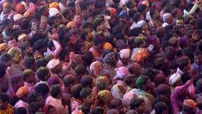 Barsana, la India - 201802242 - festival de Holi - caos - muchedumbre debajo de oleadas almacen de metraje de vídeo