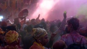 Barsana, la India - 201802242 - festival de Holi - caos - opinión de nivel del ojo la muchedumbre de afluencia almacen de metraje de vídeo