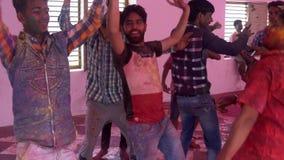 Barsana, la India - 201802242 - festival de Holi - caos - que salta alrededor disfrazado como baile almacen de metraje de vídeo