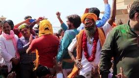 Barsana, la India - 20180223 - festival de Holi - los hombres saltan danza como muchachas almacen de metraje de vídeo