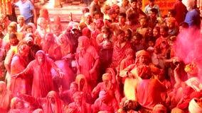 Barsana, la India - 20180223 - festival de Holi - tambores, canto, bailando en muchedumbre metrajes