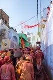 Barsana wieśniacy przychodzą Nandgaon wioska świętować Lathmar Holi w Nandgaon Zdjęcia Stock
