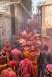 Barsana wieśniacy przychodzą Nandgaon wioska świętować Lathmar Holi w Nandgaon Fotografia Stock