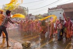 Barsana wieśniacy przychodzą Nandgaon wioska świętować Lathmar Holi w Nandgaon, Uttar Pradesh, India Zdjęcie Stock