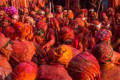 Barsana wieśniacy przychodzą Nandgaon wioska świętować Lathmar Holi w Nandgaon, Uttar Pradesh, India Fotografia Stock