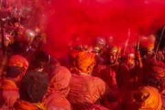 Barsana wieśniacy przychodzą Nandgaon wioska świętować Lathmar Holi w Nandgaon, Uttar Pradesh, India Fotografia Royalty Free