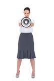 Barsk affärskvinna som rymmer hennes megafon Royaltyfri Bild