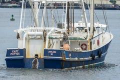 Barsk sikt av kommersiell Capt Potter som för fiska skyttel går tillbaka till port royaltyfria bilder