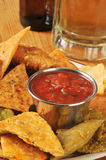 Barsnacks, spaanders en salsa royalty-vrije stock fotografie