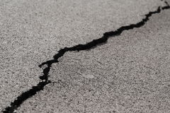 Barst in asfalt stock afbeeldingen