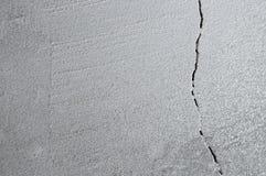 Barst in cementvloer van inkrimping van huis stock fotografie
