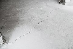 Barst in cementvloer van inkrimping van huis stock foto