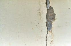 Barst concrete muur of de verlaten grunge gebarsten textuur van de gipspleistermuur stock afbeelding