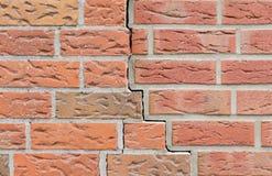 Barst in de bakstenen muur Achtergrond patroon stock afbeeldingen
