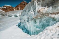 Barst in de gletsjer in de bergen met blauw ijs royalty-vrije stock foto