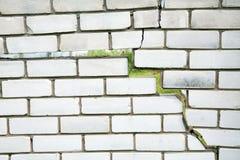 Barst in de omheining van grijze bakstenen stock afbeeldingen