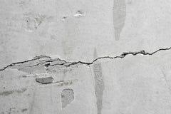 Barst in de oude concrete muur stock fotografie