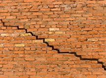 Barst in een muur van een baksteen Stock Fotografie