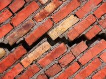 Barst in een muur van het huis van een baksteen Stock Fotografie