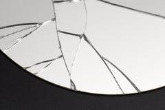 Barst en gebroken spiegel in een vooraanzichtbeeld stock afbeelding
