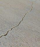 Barst in het beton Royalty-vrije Stock Foto's
