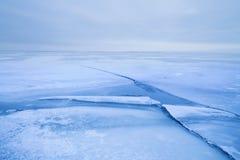 Barst in het ijs een bewolkte zonsondergang royalty-vrije stock fotografie