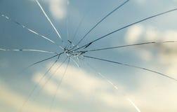 Barst op het autoglas als achtergrond stock afbeelding