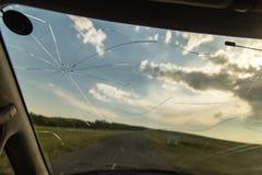 Barst op het autoglas als achtergrond stock foto's