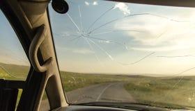 Barst op het autoglas als achtergrond stock afbeeldingen