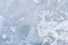 Barst op ijsoppervlakte van rivier royalty-vrije stock foto