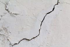 barst Textuur van oud geschilderd wit pleister Gebarsten muur Stock Foto's