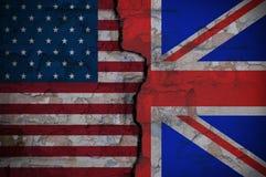 Barst tussen de vlaggen van Amerika en Engeland stock foto