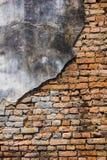 Barst van bakstenen muur stock afbeeldingen