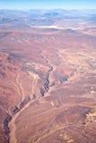Barst in woestijn na aardbeving stock afbeeldingen