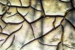 Barsten in de droge grond stock afbeeldingen
