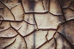 Barsten in de droge grond stock foto