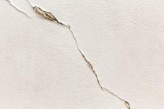 Barsten in een witte muur, grunge textuur Stock Foto