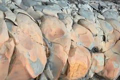 Barsten en kleurrijke lagen van zandsteenachtergrond Een grote hoop van zandsteen, bergruimte van divers natuurlijk zandsteen Pat Royalty-vrije Stock Afbeelding