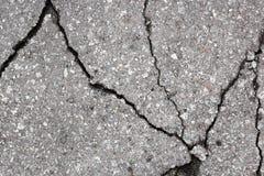 Barsten in het asfalt royalty-vrije stock afbeeldingen
