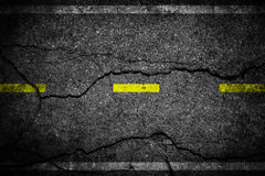 Barsten op asfalt de gele lijn het verdelen stegen stock foto