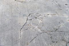 Barsten op betonweg stock afbeelding