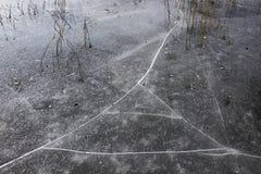 Barsten op het ijs op het meer stock afbeelding